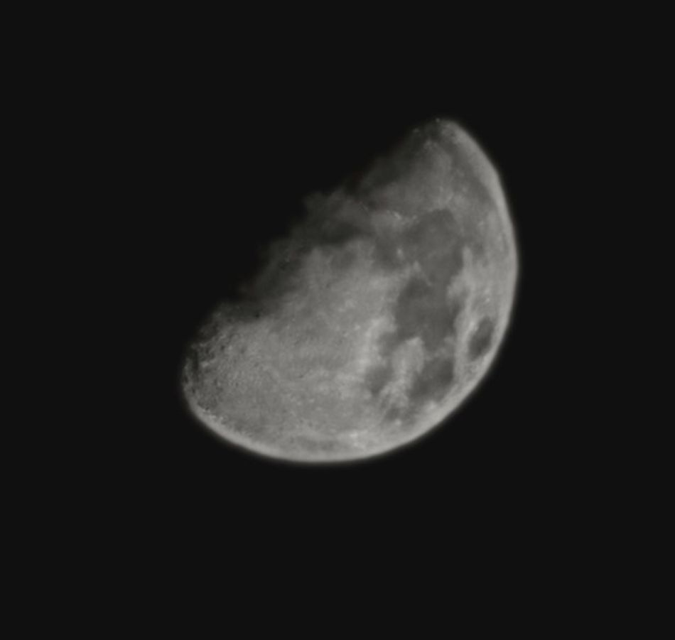 This photo of the moon was taken in Supermoon mode with maximum zoom. Safe to say that AI had something to do with it looking this good.